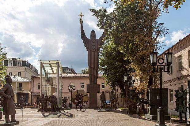 Во дворе Московского музея современного искусства