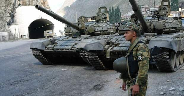 Российский солдат с пулеметом, преградивший дорогу колоне военных Грузии в 2008