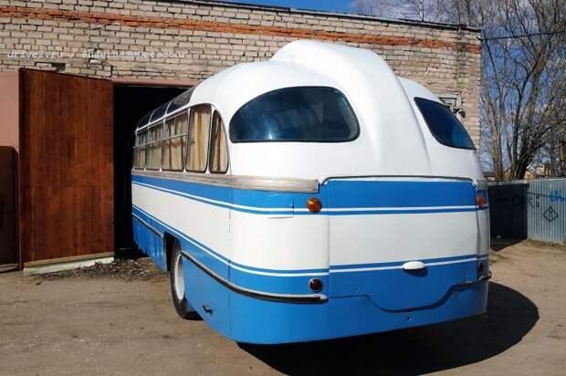 Мамонт заползает обратно, в сухой гараж музея ЛАЗ, авто, автобус, автомир, гагарин, космодром, лаз-695б, юрий гагарин