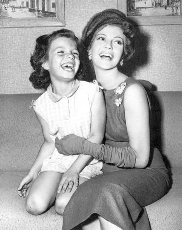 """Мировые знаменитости в серии фотографий """"Я и моя мама""""."""