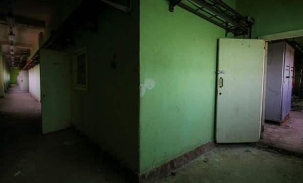 Почти нетронутый завод из СССР: мужчина вошел внутрь с камерой и пошел по цехам