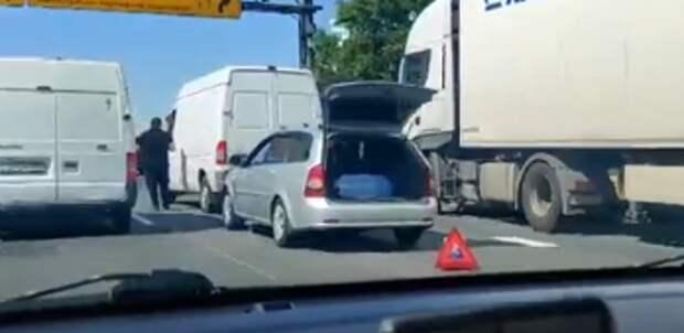 Рядом с Куркинским шоссе легковушка «боднула» ГАЗель