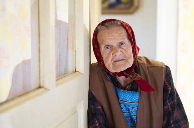 Жертвой мошенников сегодня может стать каждый, но к сожалению, так получается, что именно пенсионеры привыкли доверять окружающим и легко открывают незнакомцам двери.