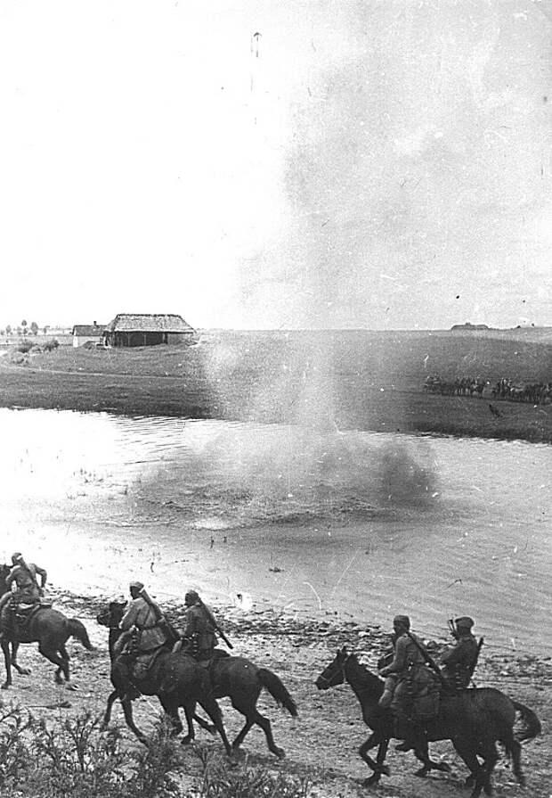 Советские кавалеристы на фоне близкого взрыва. СССР, война, история