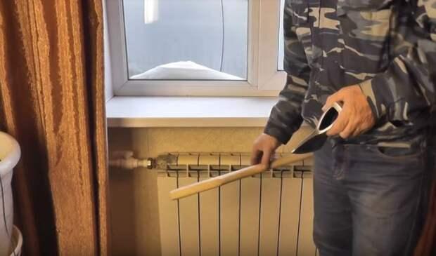 Сушим топорище. /Фото: youtube.com.