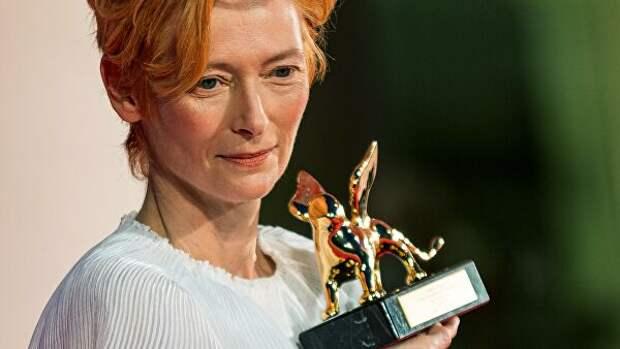 Британская актриса Тильда Суинтон, получившая награду Золотой лев Святого Марка Венецианского кинофестиваля за вклад в кинематограф