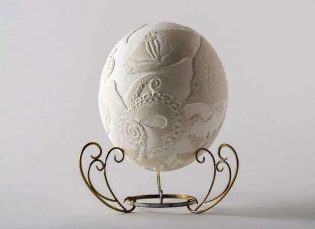 С помощью резьбы яичную скорлупу можно украсить любым рисунком. /Фото: hablemosdeaves.com