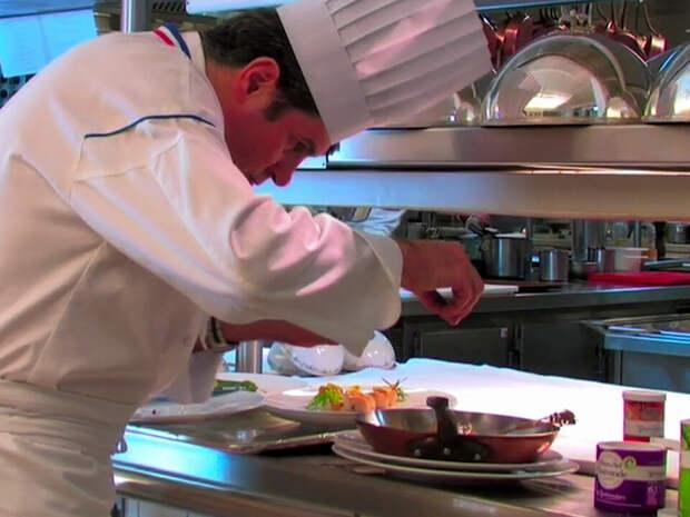 Посыпание еды Флер де селью перед подачей. Кадр из видео — Le Guérandais