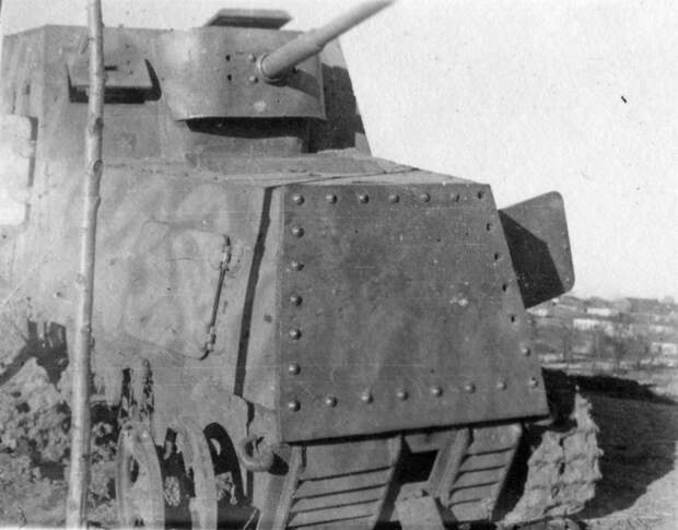 Подбитый ХТЗ-16. Хорошо заметно, что бронетрактор имел камуфляжную окраску - Импровизация в промышленных масштабах | Военно-исторический портал Warspot.ru