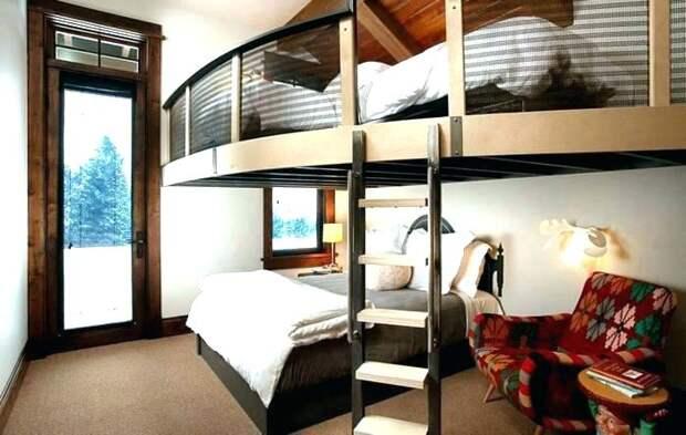 Кровать на импровизированном чердаке.