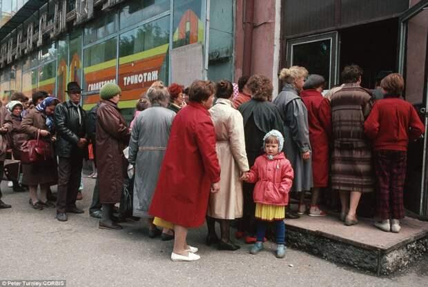 Как и за чем стояли в очередях в СССР.