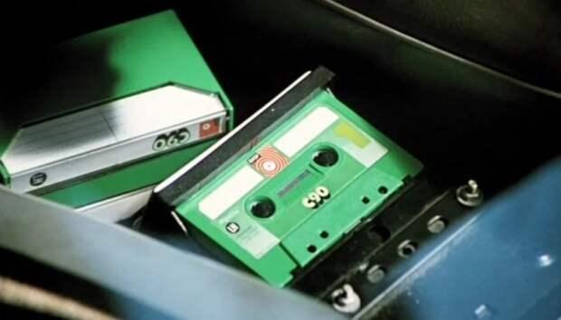 Компакт-кассета была представлена в 1963 году корпорацией Philips. Относительно дешевая и удобная в обращении компакт-кассета долгое время (с начала 1970-х до конца 1990-х годов) была одним из самых популярных аудионосителей. авто, волга, газ, газ-24, кино, ретро авто, служебный роман, советское кино