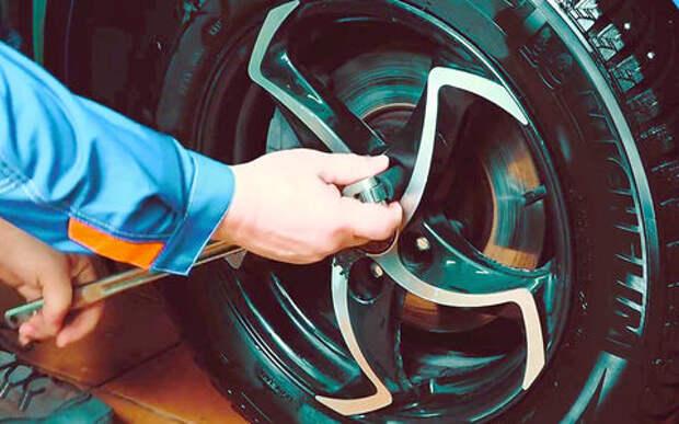 Как снять колесо, если у болта сорваны грани — простой способ