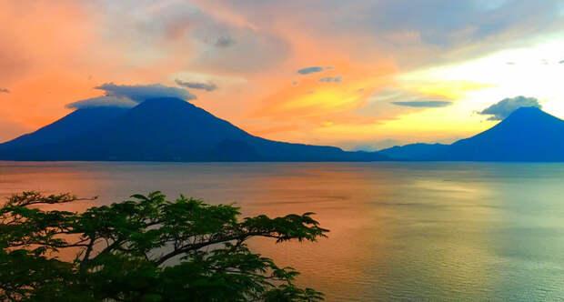 Озеро Атитлан в Гватемале, на дне которого лежат руины древнего города майя