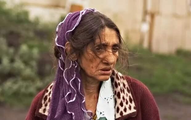 К старушке попросилась на ночлег цыганская семья. Бабуля не смогла отказать. Но то, что они сделали, ошарашило всех соседей