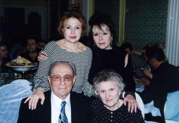 София Гройсман с сестрой и родителями.