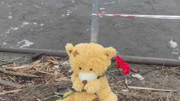 Новосибирцы несут цветы к дамбе в Оби, где утонул шестилетний мальчик