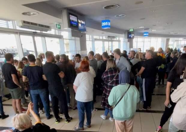 Почти 300 новосибирцев сидят в аэропорту Антальи второй день — им не дают самолет