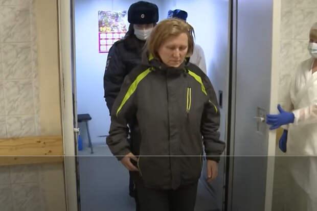Женщина, которую омоновец ударил ногой в живот, жалеет, что быстро его простила