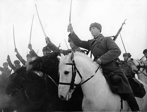 Советские кавалеристы в строю во время битвы за Москву. Зима 1941 — 1942 гг. СССР, война, история