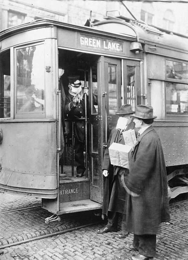 В эпоху Первой мировой никаких вакцин и противовирусных не было, поэтому борьба с вирусами сводилась к маскам, без которых даже в трамвай иной раз не пускали / ©Wikimedia Commons
