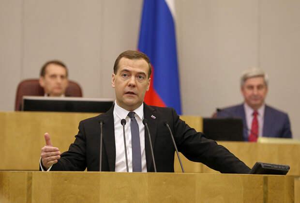 Медведев заявил о невозможности обеспечить достойную жизнь за счет пенсий