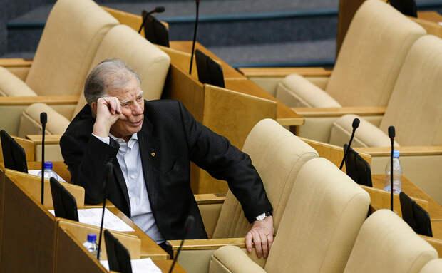 За пенсионную реформу вместо Жореса Алферова «проголосовала» бутылка с водой