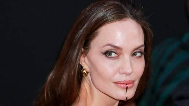 Наряд-мешок и скоба на губе: Анджелина Джоли потрясла своим видом