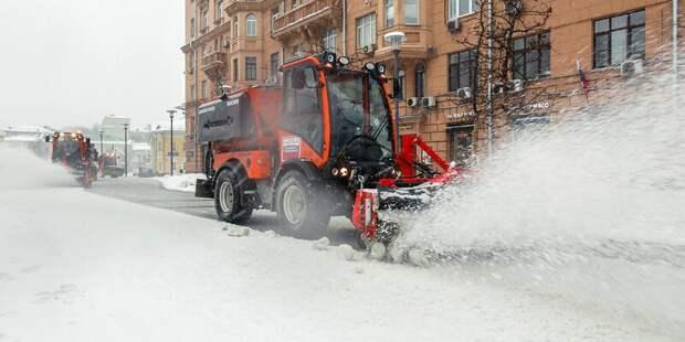 Снег на улицах города убирают более 60 тысяч человек и около 10 тысяч единиц техники