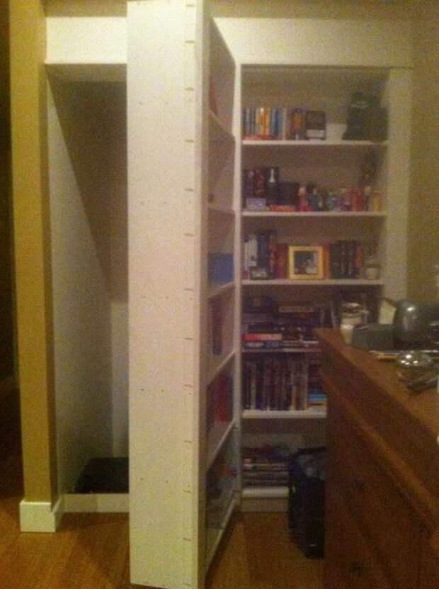 Парни случайно отодвинули книжный шкаф. То, что они там обнаружили, повергло их в шок!