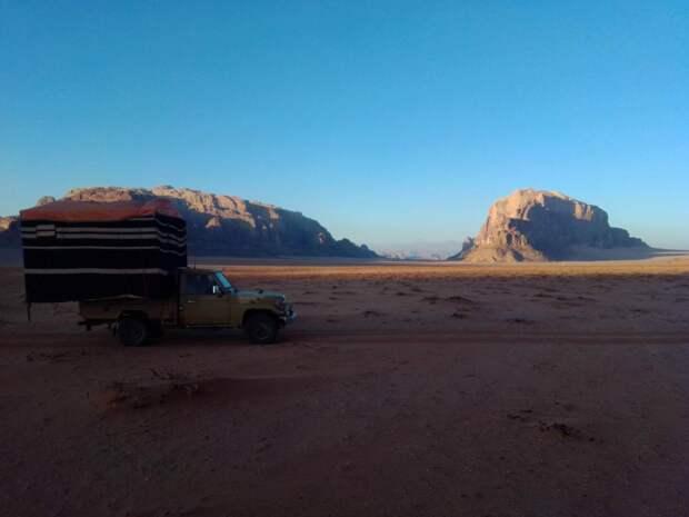 бедуины ставят ночлег для тех, кто хочет переночевать в пустыни