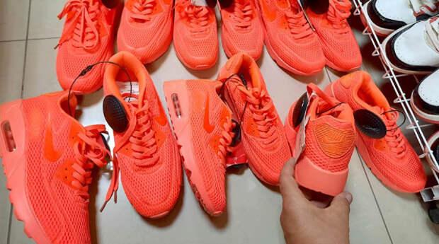 В Крыму изъяли контрабандные кроссовки