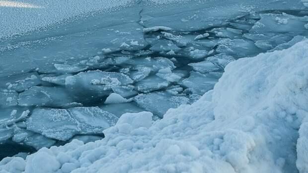 Двое жителей Иркутской области погибли, провалившись на машинах под лед