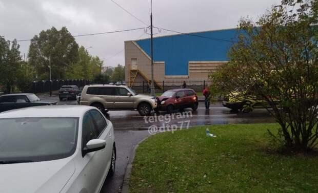 На пересечении Новомарьинской и Мячковского два автомобиля встретились лоб в лоб