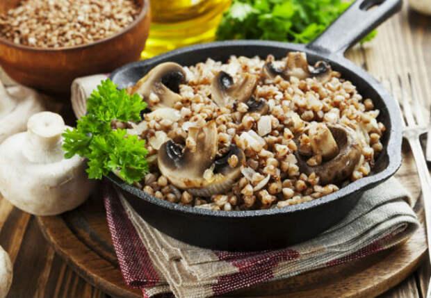 Смешали гречку со сливками: жарим вместе с грибами на одной сковороде