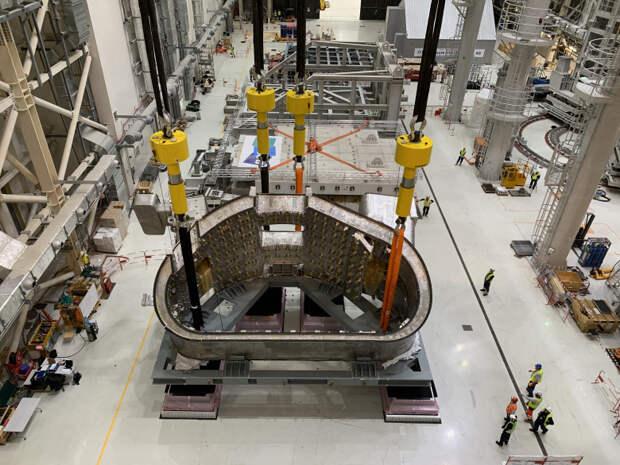 Один из девяти секторов вакуумной камеры термоядерного реактора ИТЭР. Каждый сектор весит 440 тонн, всего же вакуумная камера весит тысячи тонн. АЭС таких экзотических нужд, как глубокий вакуум, просто не имеют — сомнительно, что термояду когда-то удастся достичь цены ядерных реакторов. / ©Wikimedia Commons