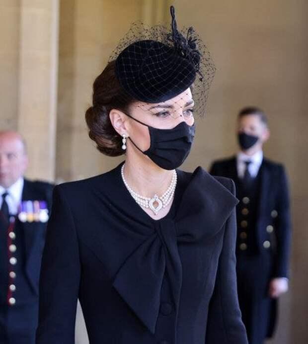 Кэтрин была прекрасна в бриллиантовых и жемчужных украшениях из личной коллекции королевы