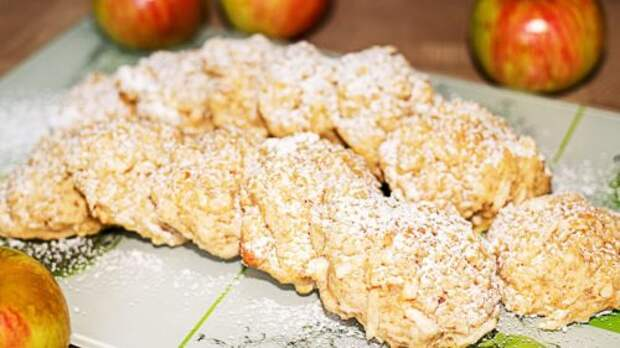 Пока заваривается чай, я успеваю испечь яблочное овсяное печенье и даже теста руками не касаюсь