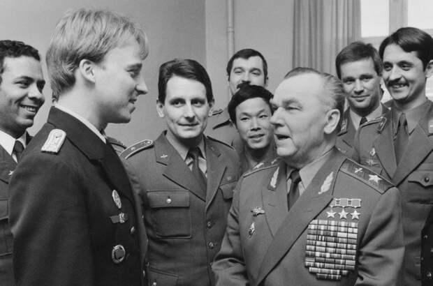 Со слушателями Военно-воздушной академии имени Н.Е. Жуковского, 1988 год А. Акимов/ТАСС