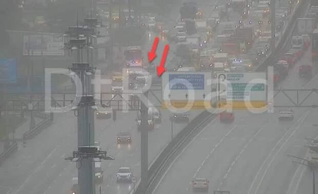 На Ленинградском шоссе столкнулись два авто