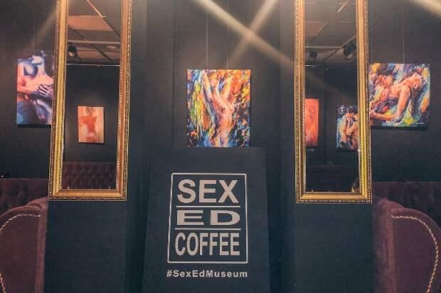 В Киеве открылось кафе где работают официантки исключительно в полуголом виде (ВИДЕО)