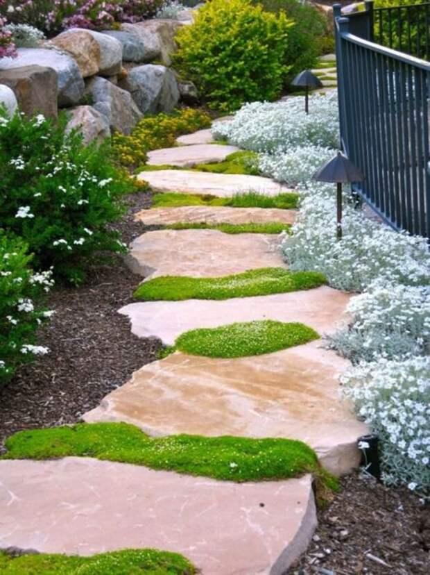 Дорожка из каменных плит выглядит основательно. /Фото: i2.wp.com