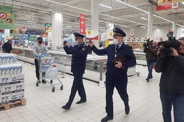 Москвичи забыли о масках: в столице усилили контроль в магазинах и кафе