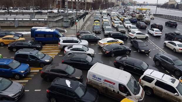 Москвичам назвали самое комфортное время для поездок за город в пятницу