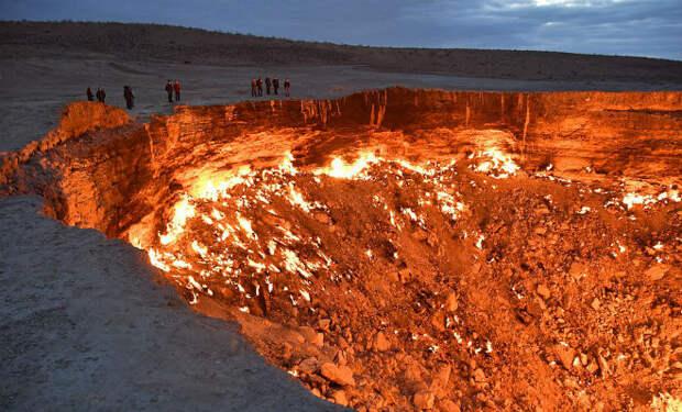 Беспилотник с камерой опустился в Дарвазу: яму в Земле, которая горит уже 48 лет