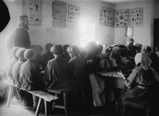 Детская столовая в школе села Черновское. Нижегородская губерния, Сергачский уезд, 1891-1892 год.