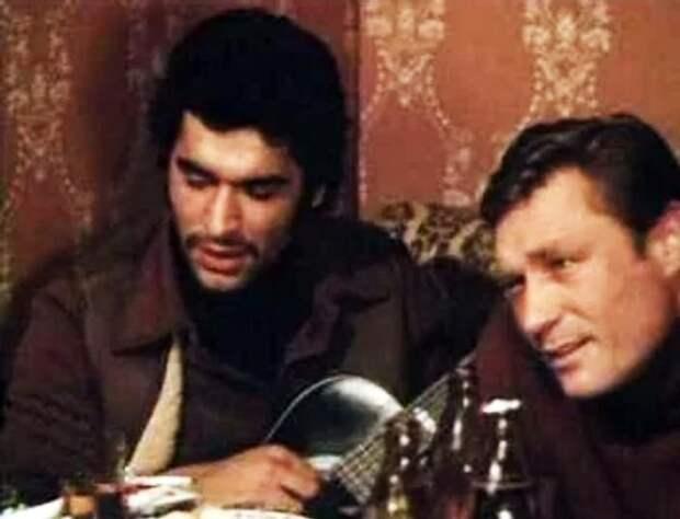 Папа Миши актер Дмитрий Бузылев в фильме «Мужики!..» с гитарой. Кадр из фильма, 1981 года