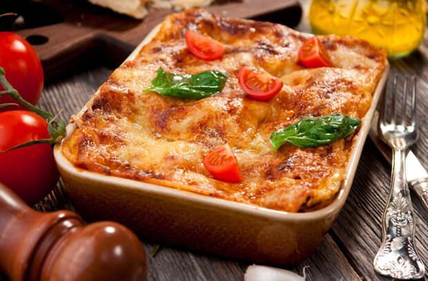Запекаем макароны как пирог. Положили внутрь начинку и соус