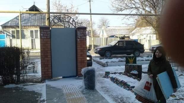 Калитка стоит в детском саду в Новопавловске архитектура, барьер, забор, непреодолимый барьер, ограждения, прикол, экстерьер, юмор