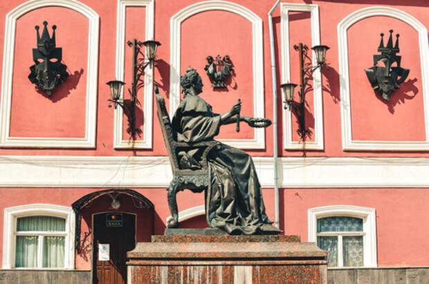 Памятник Петру I и Михаилу Сердюкову в В.Волочке